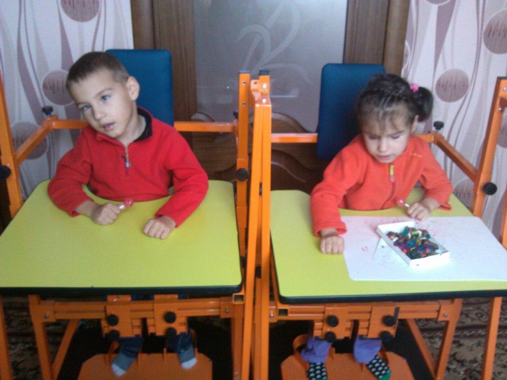 Харитоновы Данил и Дарина фото с вертикализатором (4)